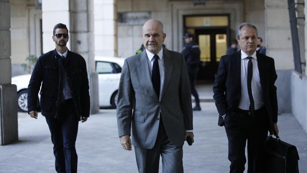 Manuel Chaves llega con su abogado a la Audiencia de Sevilla