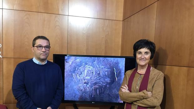 La arqueológa Isabel Fernández, y el alcalde de Andújar, Francisco Huertas, muestran la imagen del hallazgo