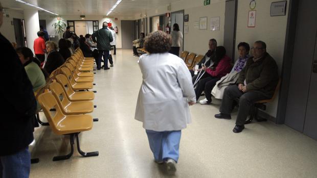 Pacientes en el hospital Reina Sofía de Córdoba durante una jornada de huelga