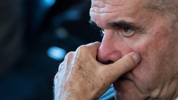El expresidente socialista andaluz Manuel Chaves escucha a su abogado en el juicio del caso ERE