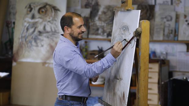 Antonio Briega en el estudio de pintura de Fernando Herrera del que es discípulo