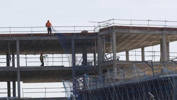 Dos trabajadores en la obra de un edificio en construcción