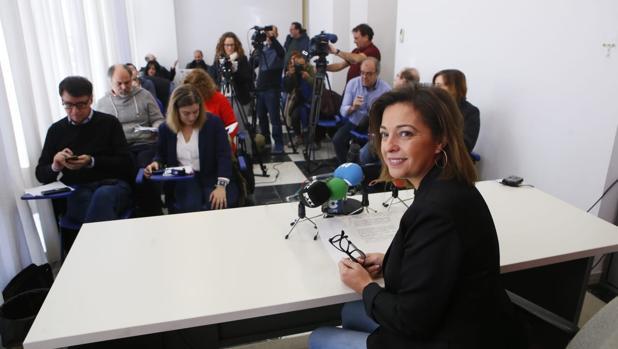 La alcaldesa, hoy, antes de iniciar su comparecencia ante los medios