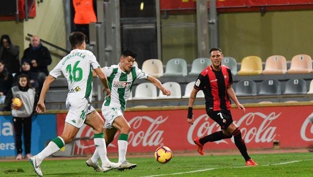 Loureiro despeja ante la mirada de Quintanilla y Querol en una acción del Reus-Córdoba CF este sábado