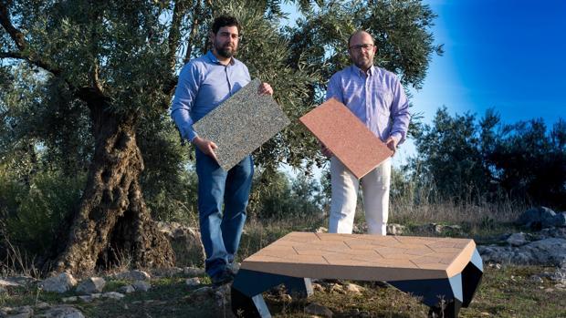Inventores con revestimientos a base de hueso de aceituna y una mesa creada con este material