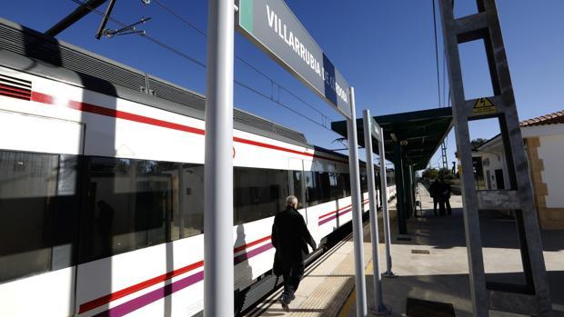 El Cercanías en la estación de Villarrubia de Córdoba