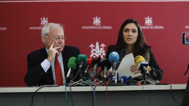 Los concejales socialistas Emilio Aumente y Carmen González