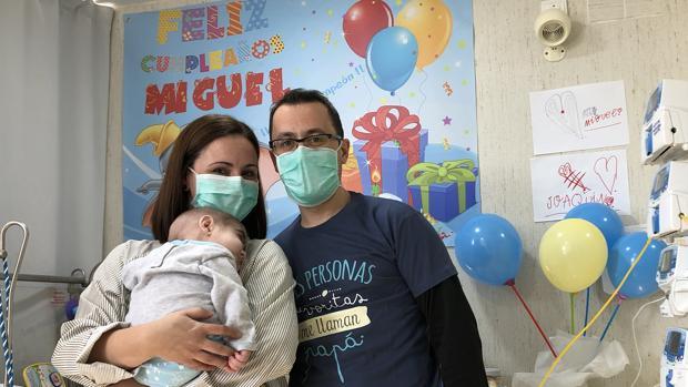 Los padres de Miguel posan con su bebé en la habitación del hospital Reina Sofía de Córdoba
