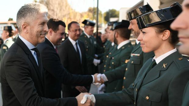 El ministro del Interior, Fernando Grande-Marlaska, saluda a una agente de la Guardia Civil en el acto de inauguración