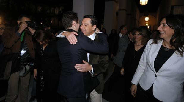 El seguro candidato a presidir la Junta Juanma Moreno recibe el abrazo de García Egea