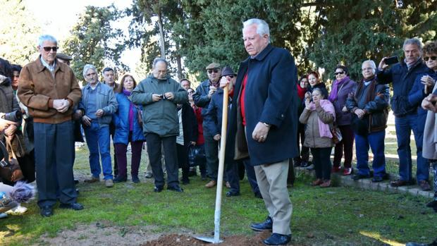 Los familiares de víctimas del franquismo, ayer en el cementerio