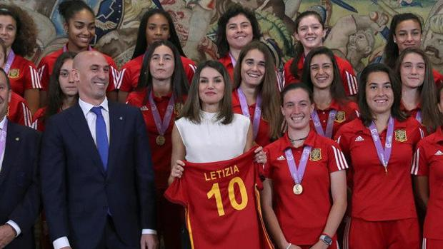 La Reina Letizia, junto a Luis Rubiales y las jugadoras de la selección femenina de fútbol sub-17
