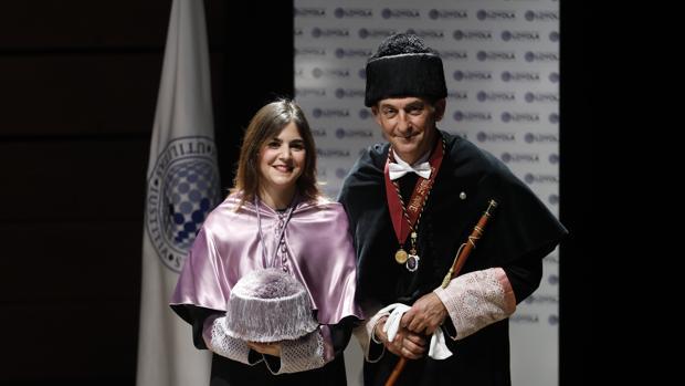 Davinia María de la Resurrección, junto al rector de la Universidad Loyolas