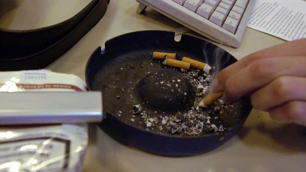 Cigarrillos en un cenicero