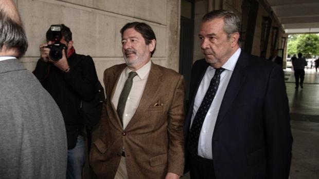 Carlos Sierra, a la derecha, junto a Javier Guerrero, imputado en el caso ERE