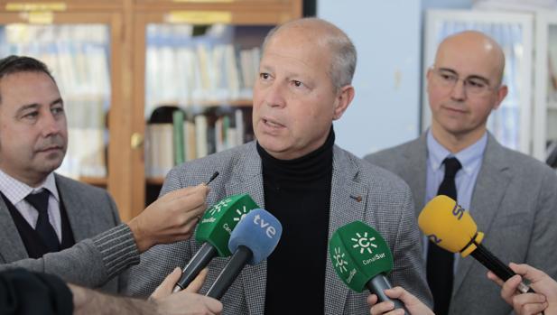 El consejero de Educación Javier Imbroda en una visita a un colegio
