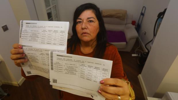 Emma, afectada por el impuesto de sucesiones, muestra las notificaciones de embargo en su casa