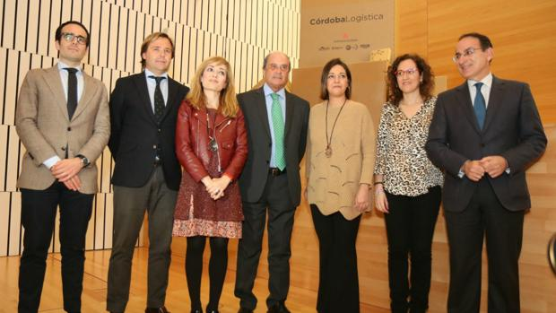 La alcaldesa de Córdoba acompañada por agentes sindicales y empresariales en el acto de presentación