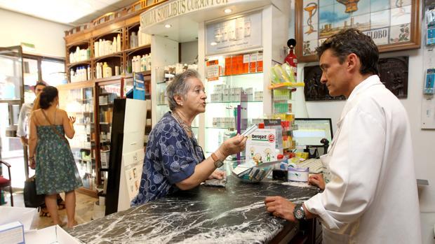 Un farmacéutico atiende a una cliente en Córdoba