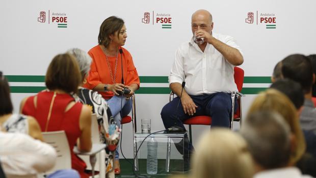 La alcaldesa con el secretario provincial del PSOE, en un acto en la sede de los socialistas en la capital