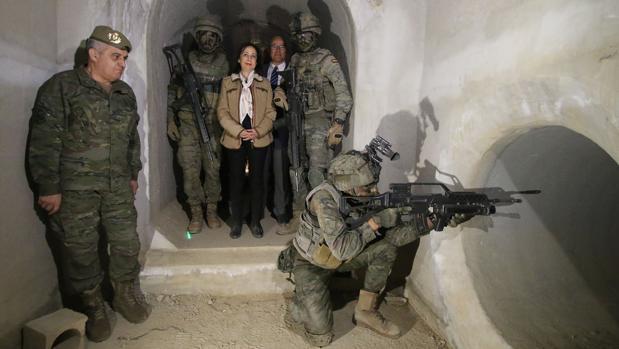 La ministra de Defensa durante su visita a la base de la Legión en Viatór (Almería)