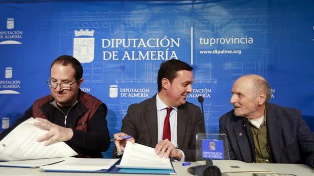 Andrés García Ibáñez, Javier Aureliano García y Antonio López durante la firma del convenio