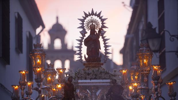 Salida procesional de la Virgen de Villaviciosa de Córdoba por las calles del barrio de San Agustín
