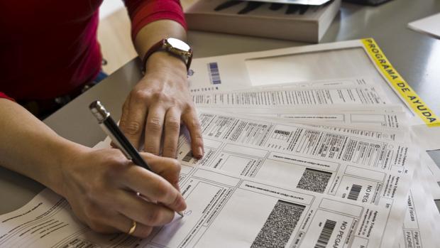 Una contribuyente con su declaración de la renta