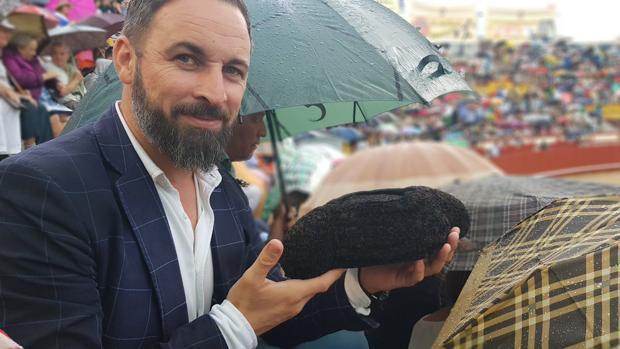 El líder del Vox, Santiago Abascal, con la montera de Morante tras un brindis