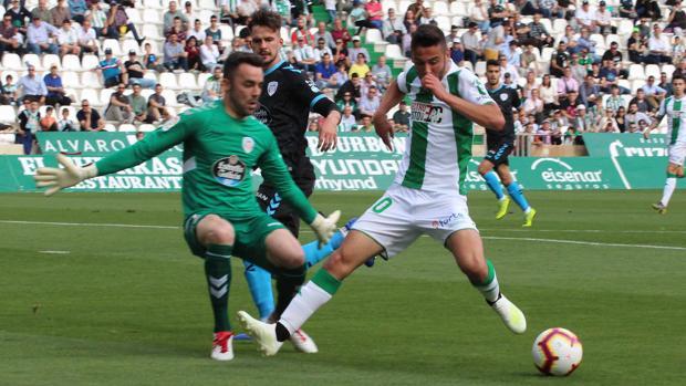 Andrés Martín intenta superar a Juan Carlos en una acción del Córdoba CF-CD Lugo