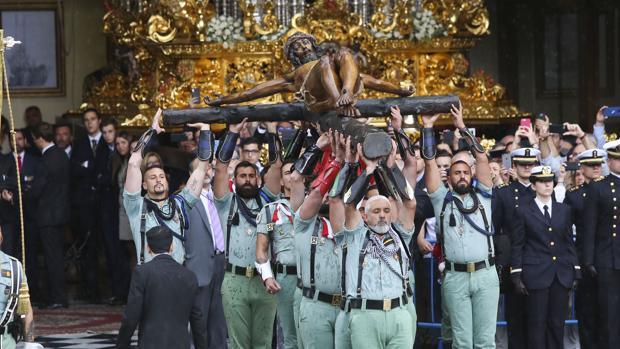 El Cristo de la Buena Muerte antes de entrar en el salón de tronos de la cofradía de Mena