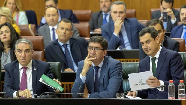 Bendodo, Marín y Moreno en un pleno del Parlamento andaluz