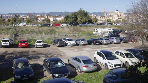 Coches aparcados en solares del Campo de la Verdad