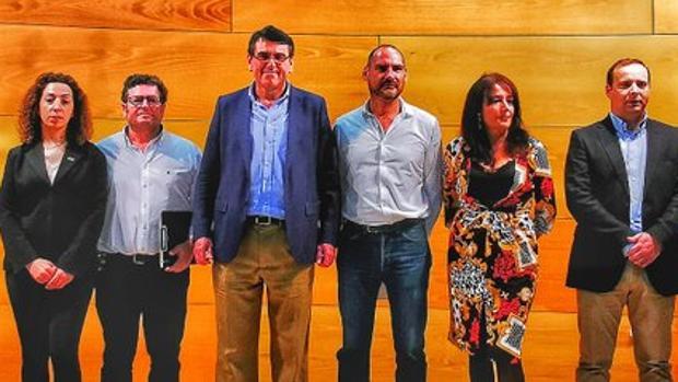Julio César Jiménez es el cuarto por la izquierda, en la presentación de los candidatos de Vox en Huelva