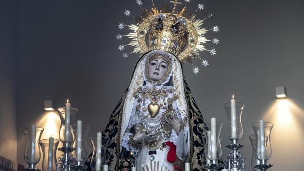 Nuestra Señora de los Dolores coronada de Córdoba motnada en su paso el pasado Viernes Santo