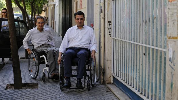 El candidato del PP, José María Bellido, junto al número 13 de su candidatura, Manuel Castaño