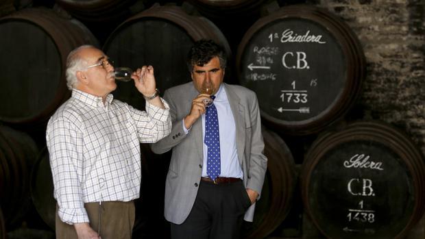 Uno de los responsables de Bodegas Alvear catando un vino junto un grupo de soleras