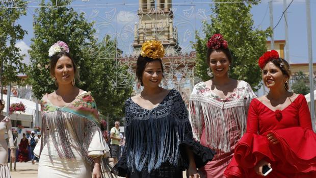 Jóvenes vestidas de flamencas en la pasada Feria