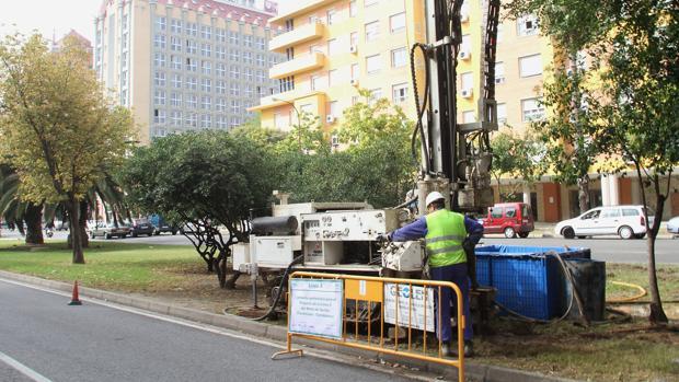 Un obrero hace tareas previas para el diseño de la Línea 2 del Metro de Sevilla