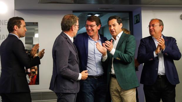 Juanma Moreno charla el lunes 27 con Alfonso Fernández Mañueco (Castilla y León) y Alberto Núñez Feijóo (Galicia) en el Comité Nacional del PP