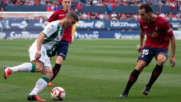 Piovaccari conduce el esférico ante un rival de Osasuna
