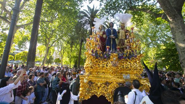 El Señor de la Redención avanza por los Jardines de los Patos en la Semana Santa de Córdoba 2019