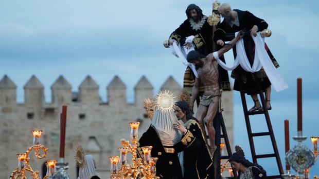 El misterio del Descendimiento, en el Puente Romano de Córdoba el Viernes Santo de 2019