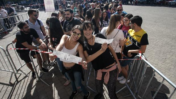 Dos jóvenes con sus entradas para el concierto de Rosalía