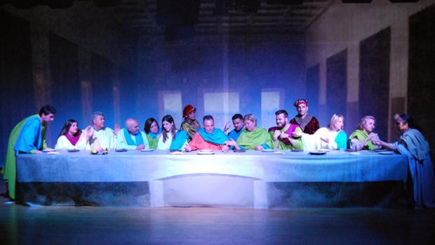 El alcalde ha interpretado a Jesucristo y los ediles a los apóstoles y los autores del cuadro.