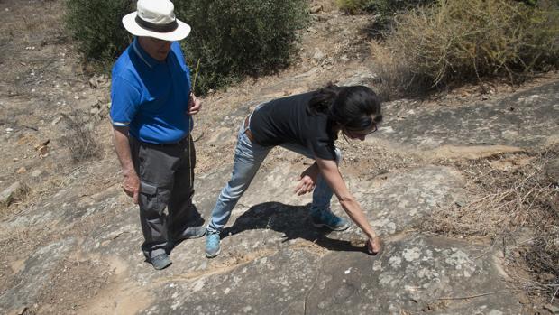 José Manuel Muñoz Gambero y Ángeles Muñoz muestran alguna de las huellas
