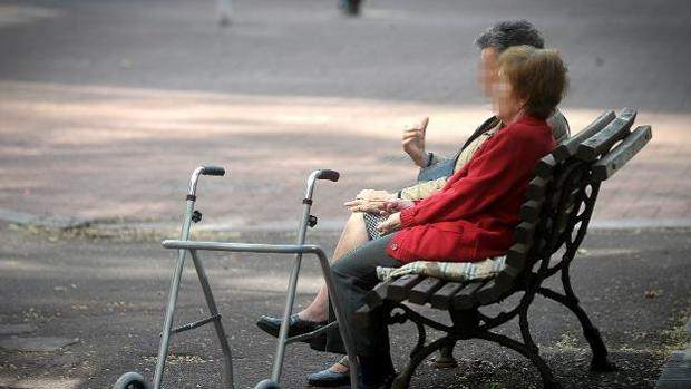 Dos pensionistas sentadas en el parque