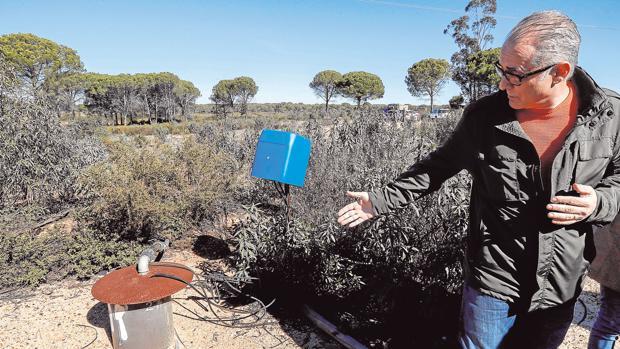 El presidente de la CHG muestra un pozo ilegal cerca de Doñana