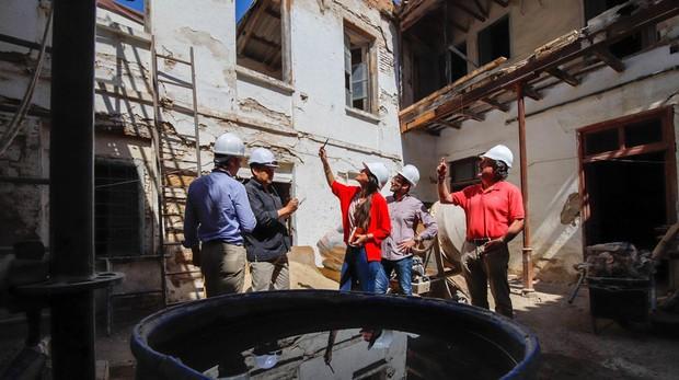 El equipo técnico en el patio de la Casa de Triana del Convento de Santa Cruz