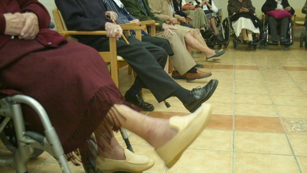 Usuarios de una residencia de mayores haciendo ejercicios
